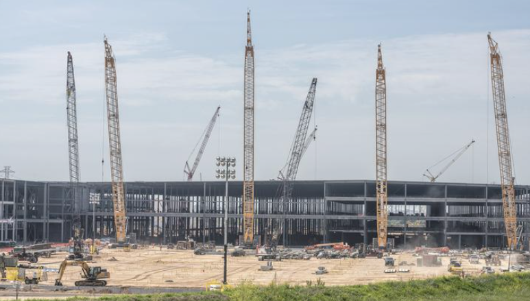 Elon Musk Erects the Shell of New Factory for SpaceX in Austin