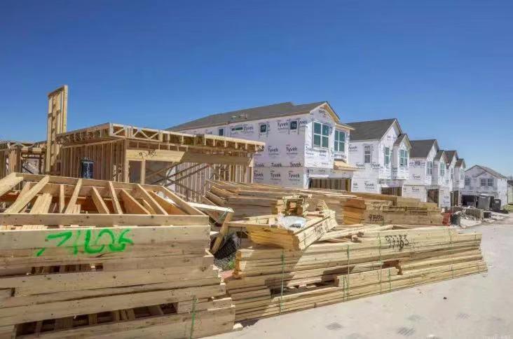 奥斯汀地区房屋库存略有上涨,房价仍在飙升,一房难抢,49%的房屋卖价高于挂牌价格